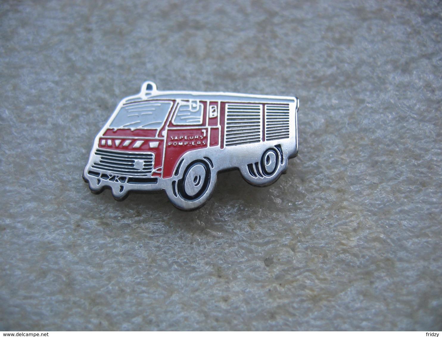 Pin's Petit Camion De Marque SAVIEM Des Sapeurs Pompiers - Bomberos