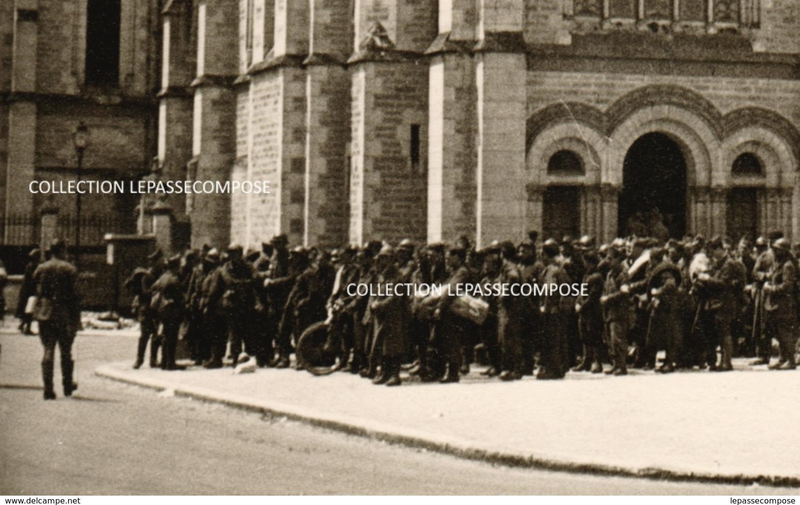 INEDIT BRIARE - JUIN 1940 - RASSEMBLEMENT SUR LE PARVIS DE L' EGLISE DES SOLDATS FRANCAIS PRISONNIERS DES ALLEMANDS - Briare