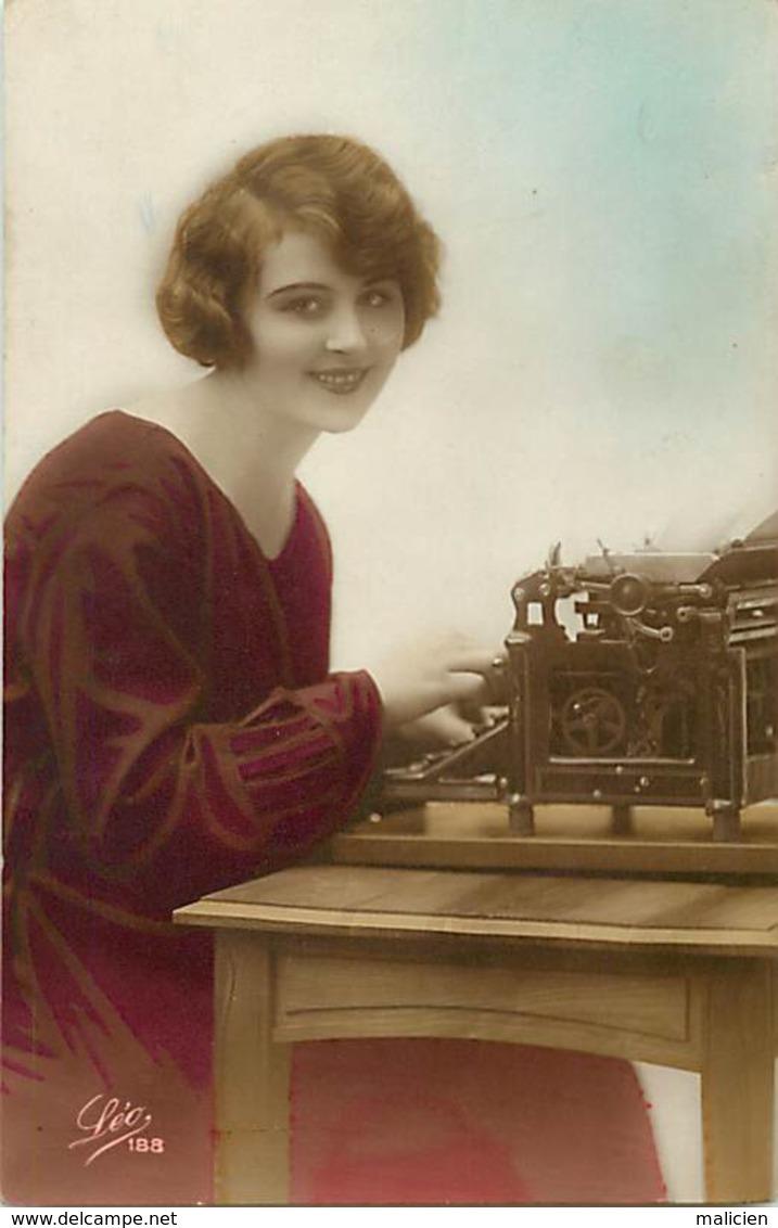 -ref-B230- Metiers - Secretaires - Secretaire - Femmse - Femme -  Machine A Ecrire - Machines A Ecrire - - Métiers
