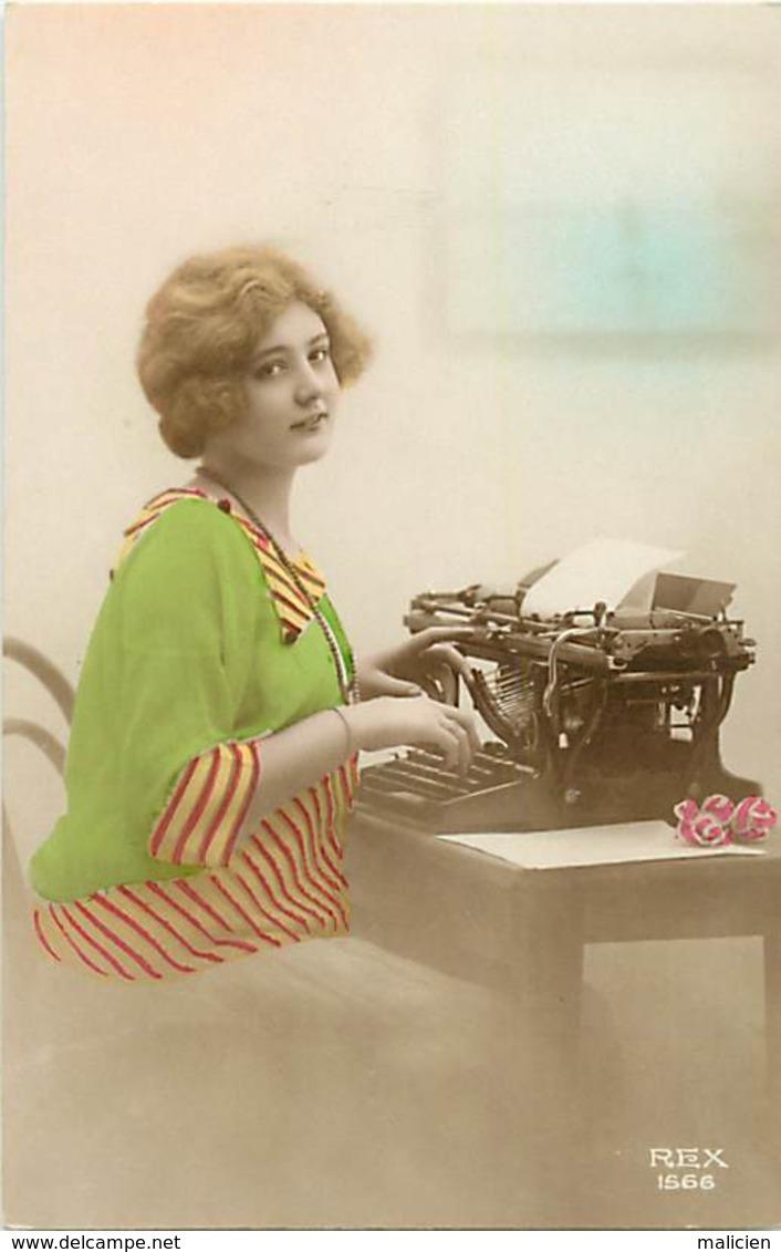 -ref-B37- Fantaisies - Femmes - Femme - Machine A Ecrire - Machines A Ecrire - Secretaire - Metiers - Carte Bon Etat - - Femmes