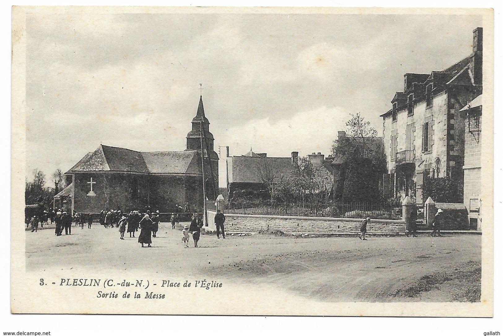 22-PLESLIN-Place De L'Eglise - Sortie De Messe...1933  Animé - France