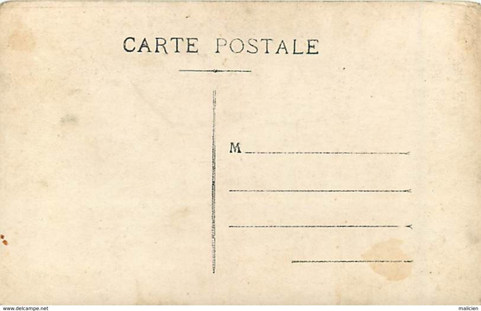 -ref-A932- Casernes - Scene De Caserne - Carte Photo Non Située - Epluchage Des Pommes De Terre - Cuisine - Militaires - - Casernes