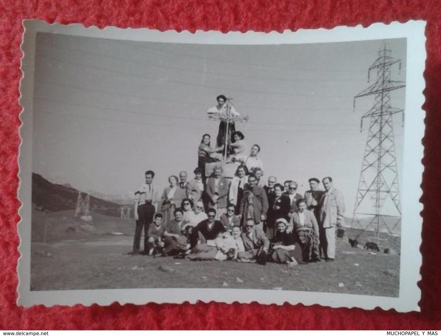 FOTO FOTOGRAFÍA PHOTO A IDENTIFICAR GRUPO DE PERSONAS EN MOMUMENTO CON CRUZ AL FONDO TORRE ELÉCTRICA ELECTRIC TOWER, VER - Personas Anónimos