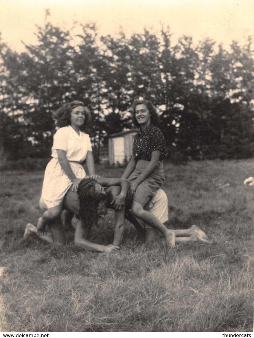 ANCIENNE PHOTO VINTAGE SNAPSHOT 10 CM X 7 CM  SCHOTEN SCHOOTEN ANVERS HOMME FEMME NU NUDE ACROBAT SURREALISME MONTAGE - Personnes Anonymes