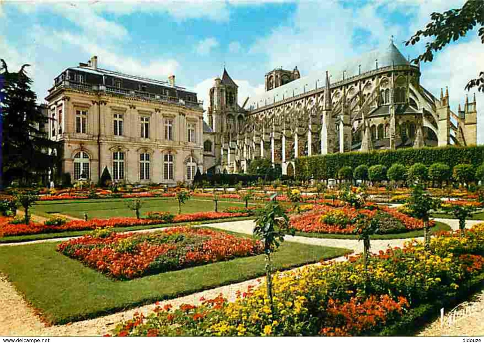 18 - Bourges - L'Hotel De Ville Et Ses Jardins - La Cathédrale St Etienne - Voir Scans Recto-Verso - Bourges
