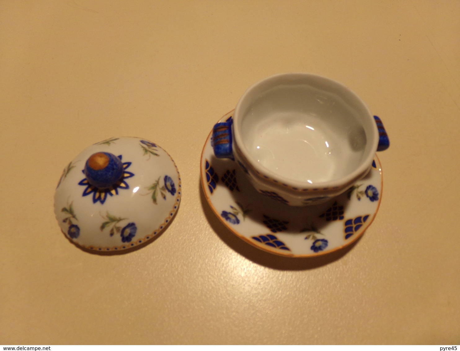 """Miniature Soupière, Couvercle Et Sa Soucoupe Fleurs Bleues Et Vertes Sur Fond Blanc """" Décoration Art """" - Miniatures"""