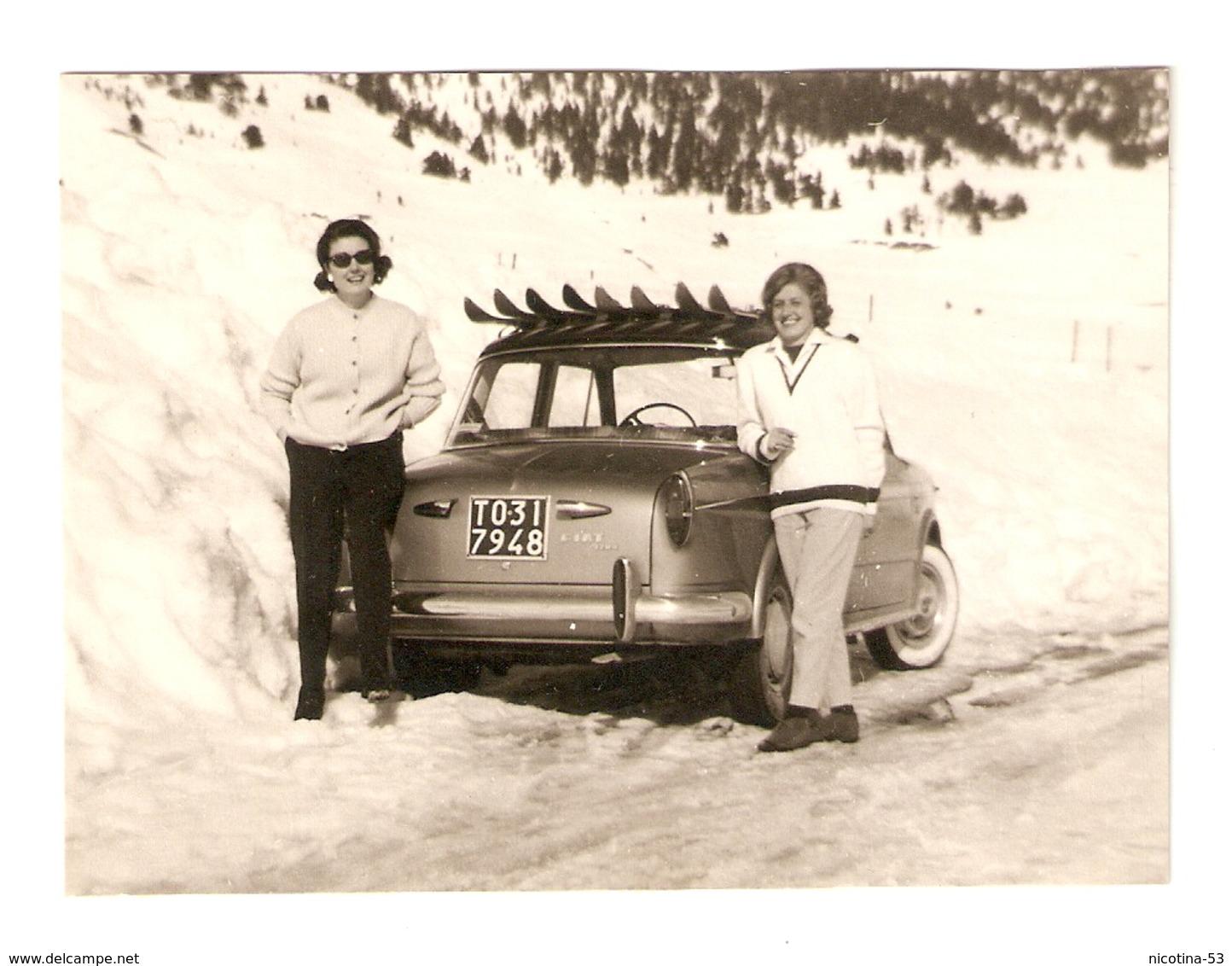FO--000613-- FOTO ORIGINALE -CAR-AUTO-FIAT 1100 CON GIOVANI SIGNORE-NEVE MONTAGNA TARGATA TORINO - Automobili