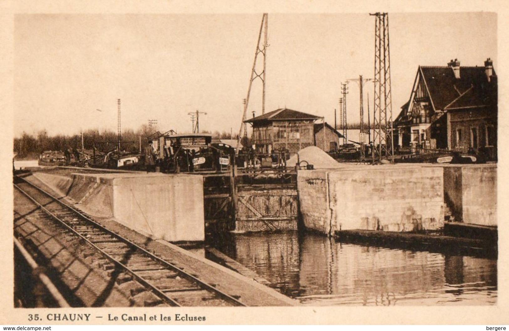 02. CPA. CHAUNY.  Le Canal Et Les écluses.  Péniche Frerot En Attente. 1958. - Houseboats