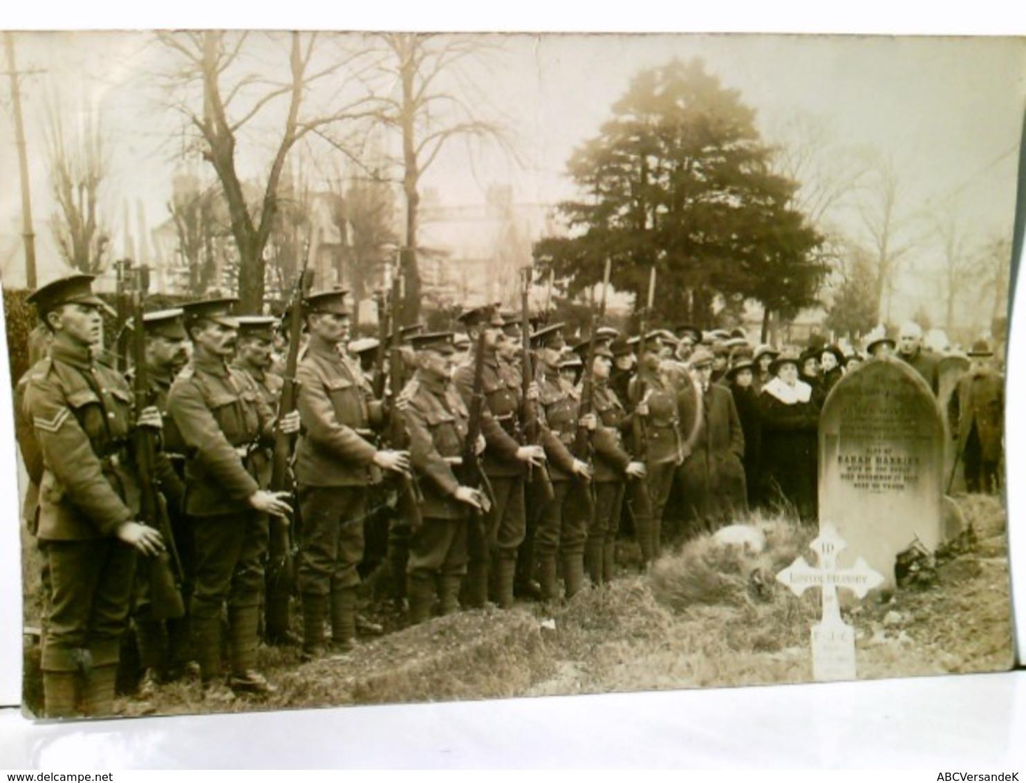 Beerdigung Eines Soldaten ( Wahrscheinlich In England ). Alte Foto AK S/w, Ca. 1918. Aufstellung Von Soldaten - Militaria