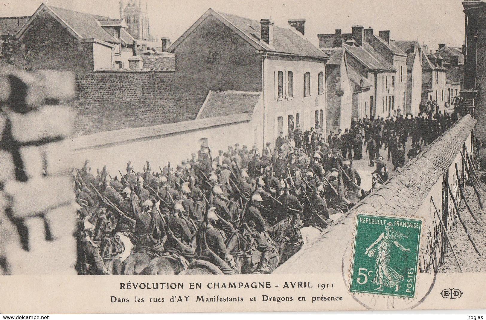 1911 - MANIFESTATION DES VIGNERONS DANS LA MARNE - A AY, DANS LES RUES, MANIFESTANTS ET DRAGONS EN PRESENCE - BELLE CART - Manifestazioni