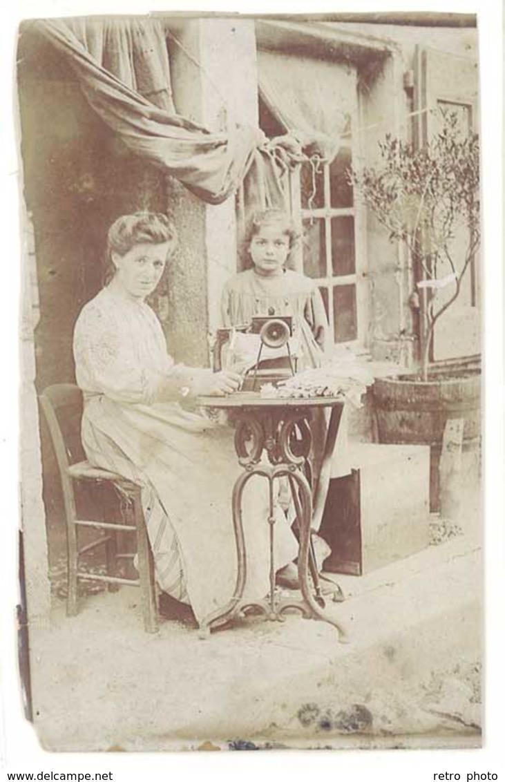 Photo Femme Travaillant Sur Sa Machine à Coudre , Vers 1900 - Beroepen