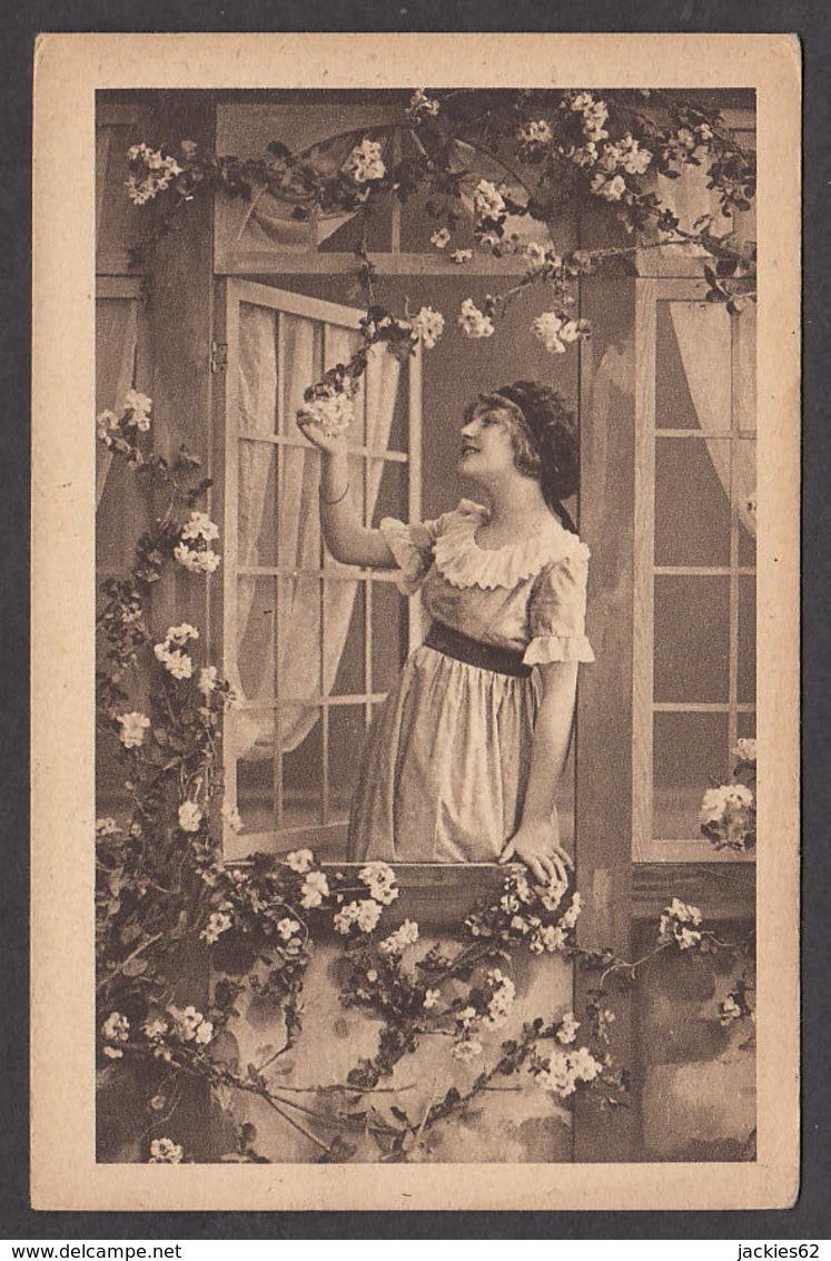 92759/ JEUNE FEMME à Sa Fenêtre - Women