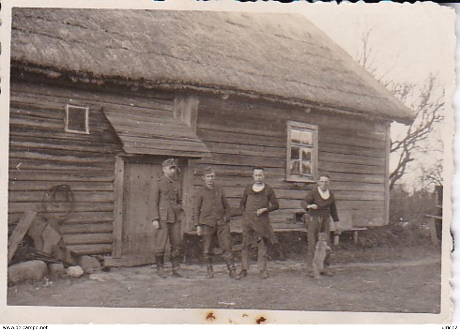 Foto Deutsche Soldaten Und Hund Vor Bauernhaus - Russland - 2. WK - 8*5,5cm (39110) - Guerre, Militaire