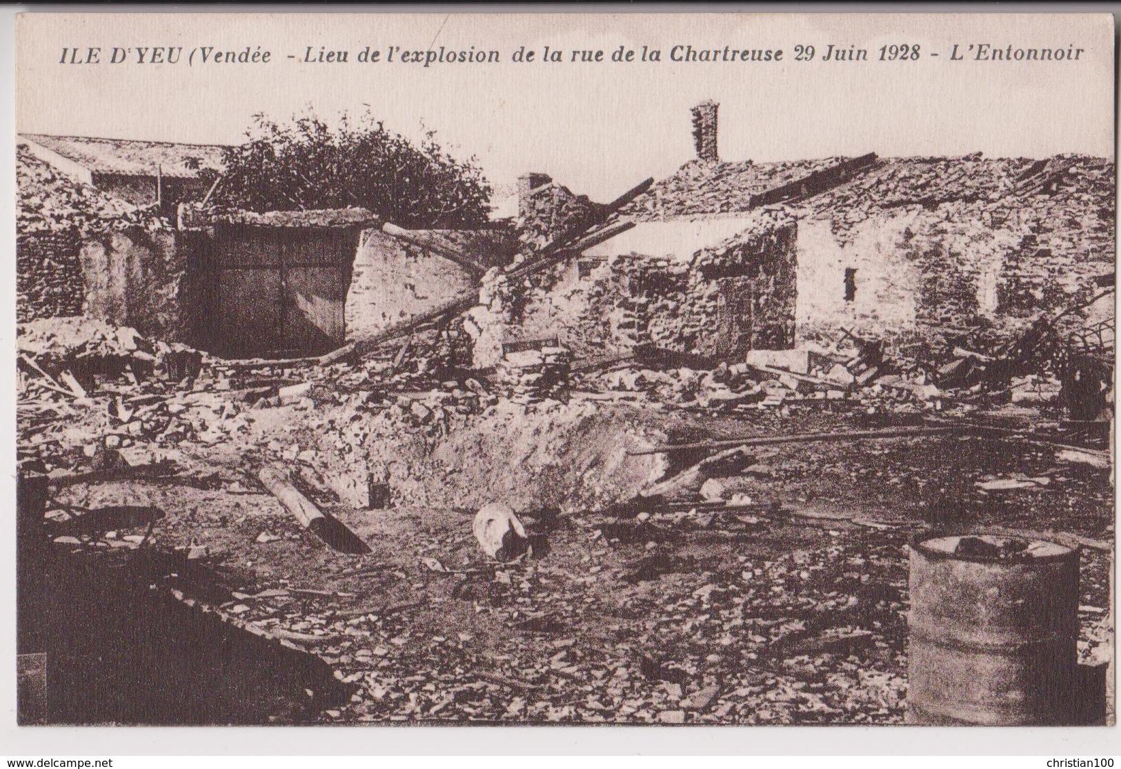 ILE D'YEU (85) : RUE DE LA CHARTREUSE A PORT JOINVILLE - EXPLOSION D'UN DEPOT DE MUNITIONS - JUIN 1928 - RARE -* 2 SCANS - Ile D'Yeu