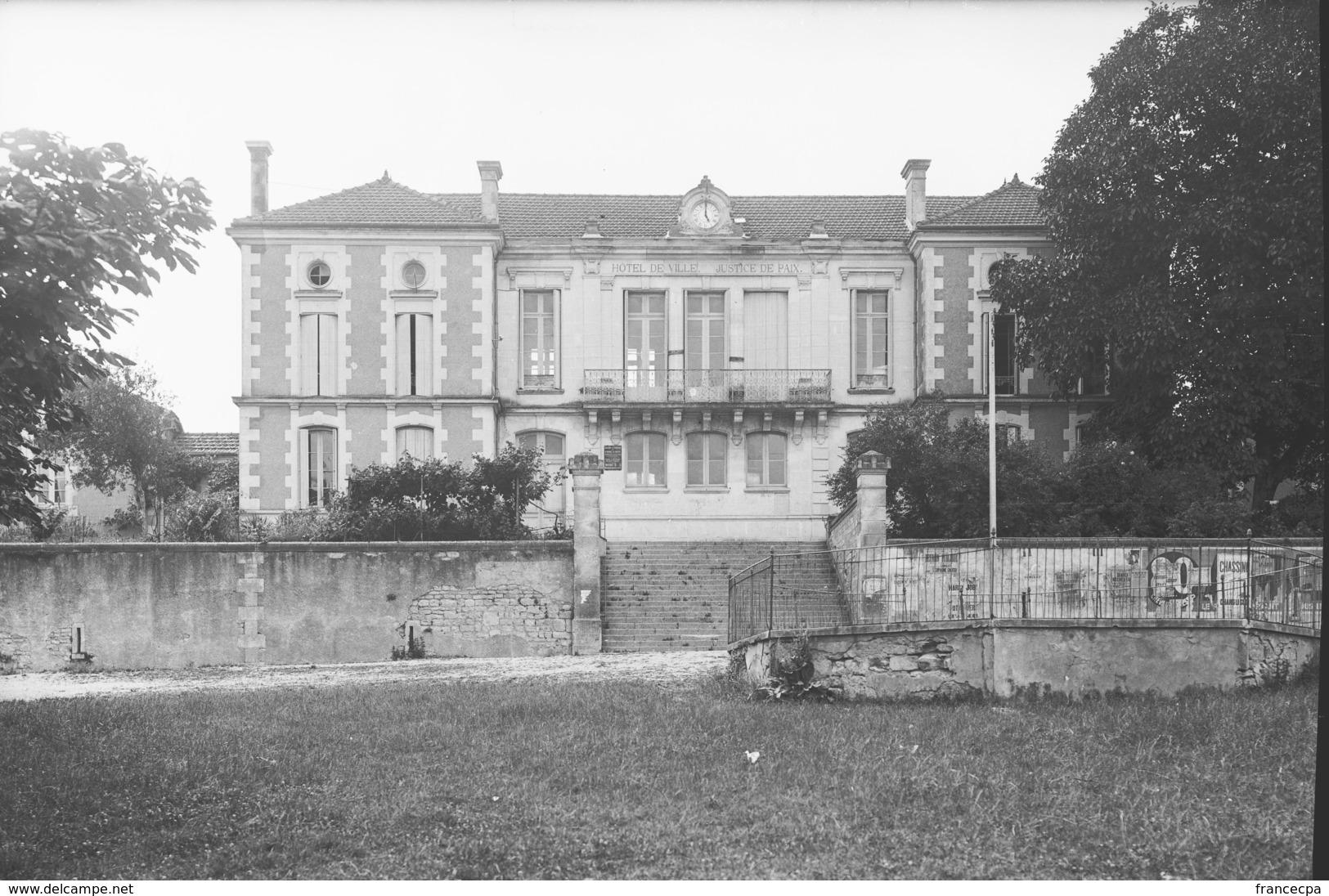 PN - 181 - CHARENTE - 16 - SAINT AMANT DE BOIXE - L'Hôtel De Ville Et La Justice De Paix - Plaques De Verre