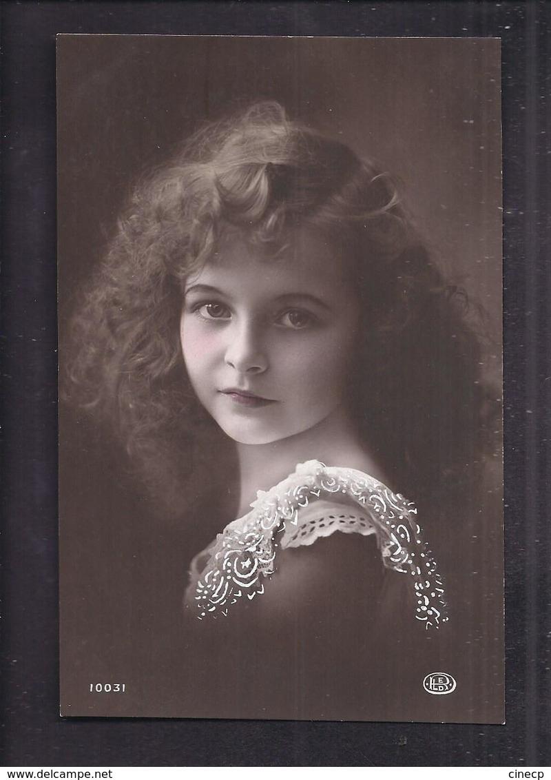 CPA Enfant Jolie Fillette Très élégante Aux Longs Cheveux Bouclés Et Col De Dentelle - Pretty Girl Photo - Portraits
