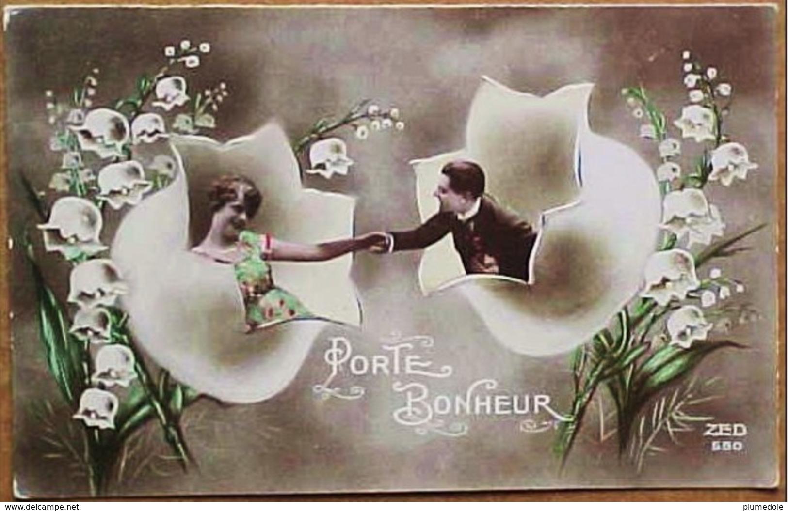 Cpa FLEURS CLOCHETTES De MUGUET GEANTES. COUPLE Photo Montage Surrealiste PORTE BONHEUR , GIANT LILY FLOWERS - Fleurs
