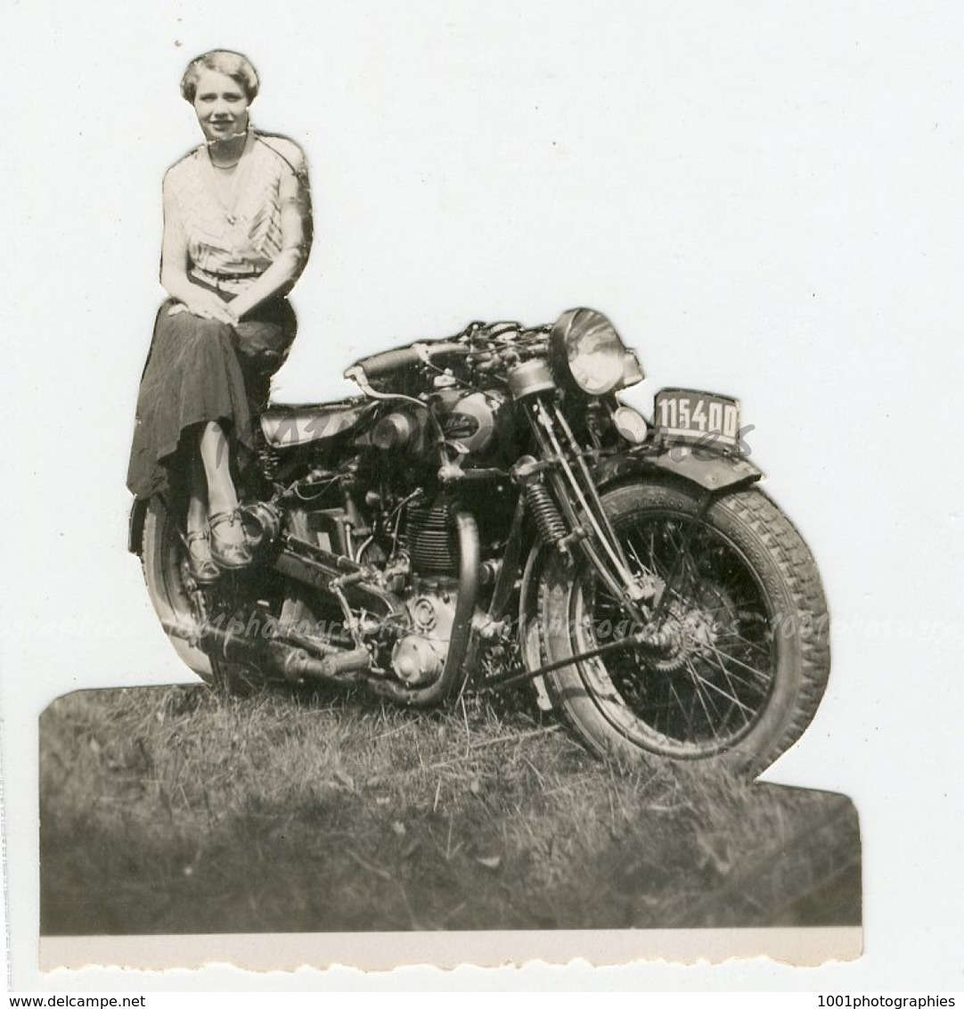 Snapshot 1920-1950, Image Découpée D'une Jeune Femme Assisse Sur Une Moto.(légère Pliur - Photos