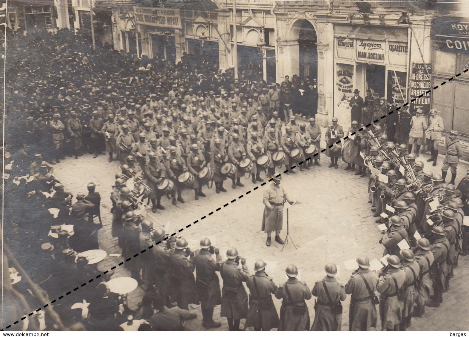 Photo Musique Militaire Place De La Liberté à Salonique Grèce Cachet Et Légende Au Dos - Guerre, Militaire