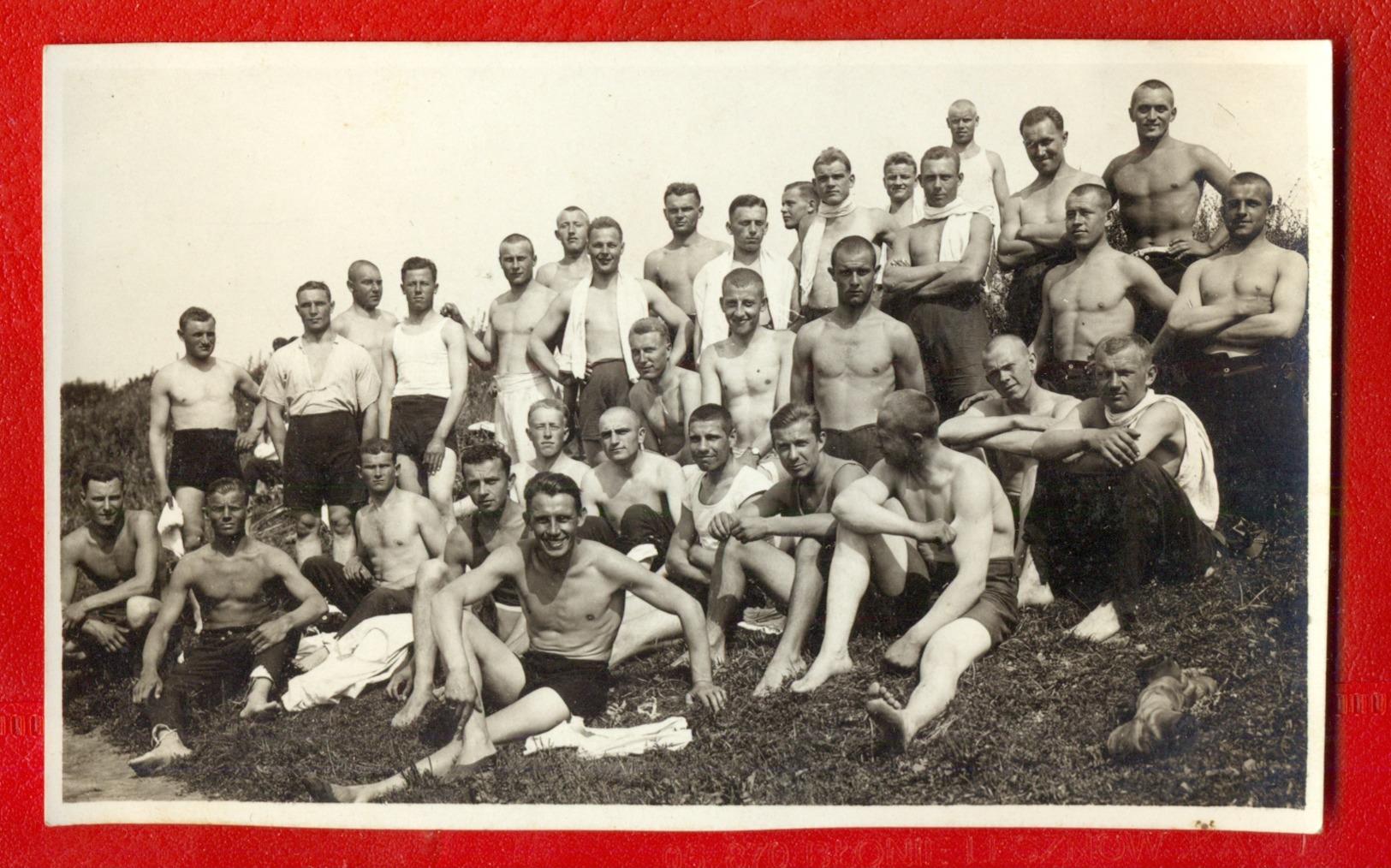 MEN SEMI NUDE VINTAGE PHOTO CARD 1608 - Männer < 1945