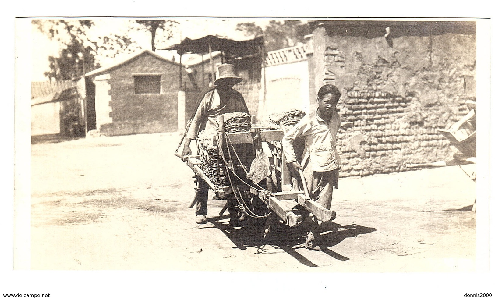 CHINE - CARTE PHOTO - PHOTO CARD - Chinois Portant Des Vivres ? - Chinese Men Carrying Something - Chine