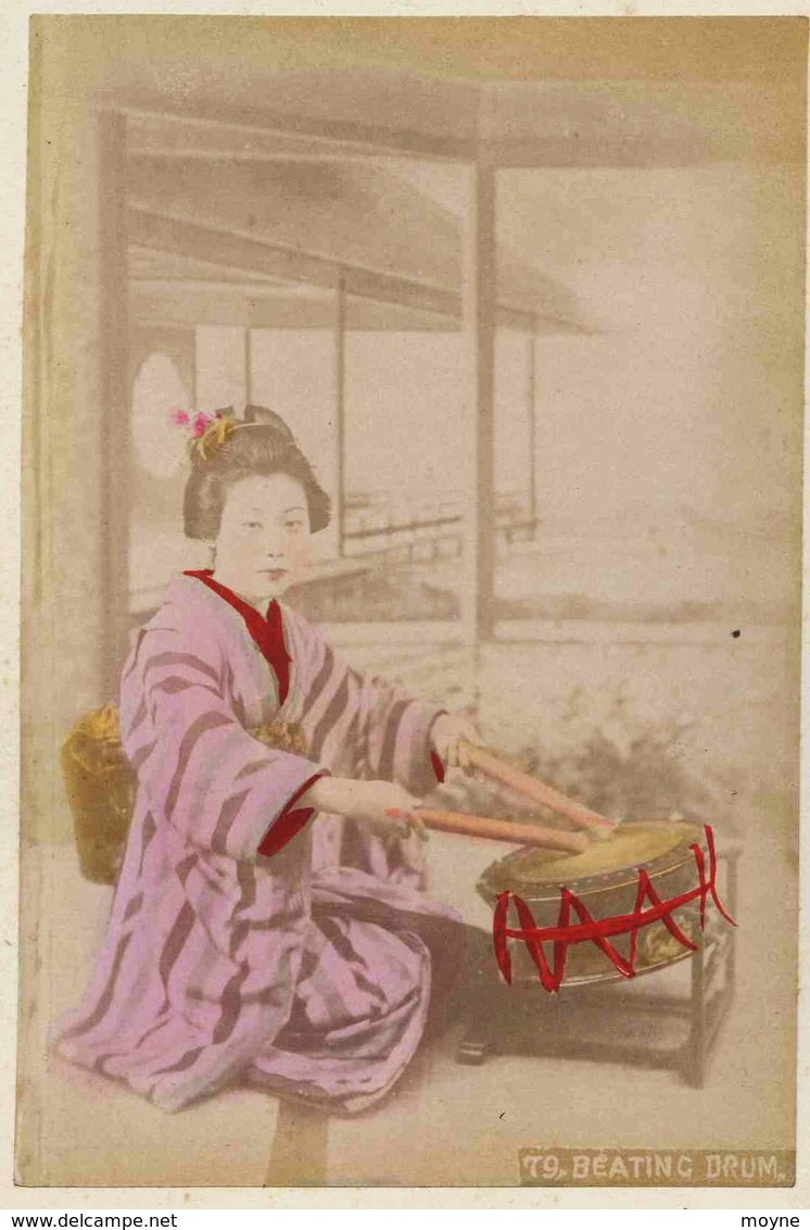 12 -  2 Photos Du Japon 19e -  1) HATOBA AT YOKOHAMA   2) JOUEUSE DE TAMBOUR BEATING DRUM Papier Albuminé Et Aquarellé - Photographs