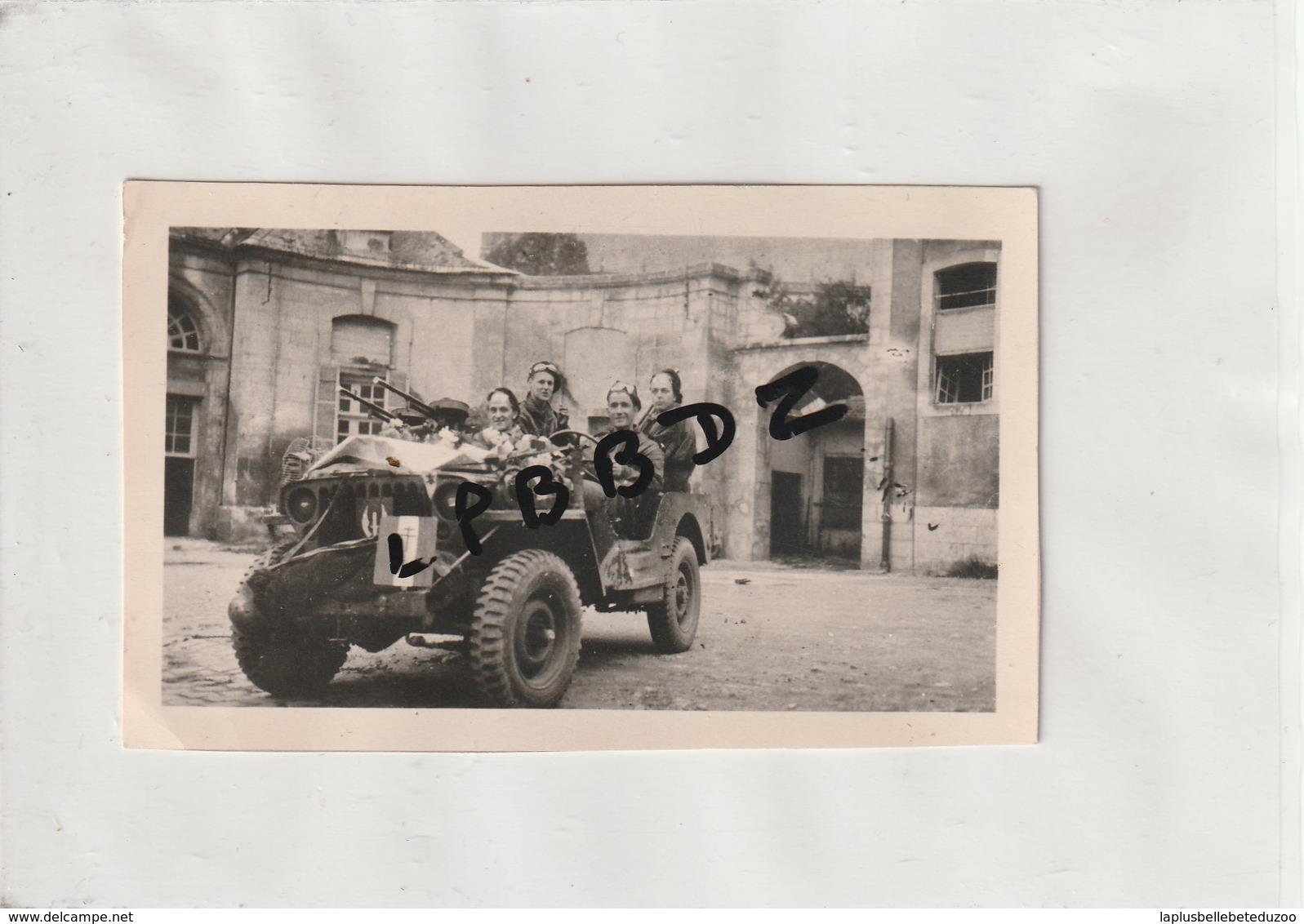 PHOTO - MILITARIA - SOLDATS FRANCE LIBRE - JEEP - 1945 - A SITUER - Cour De Château - War, Military