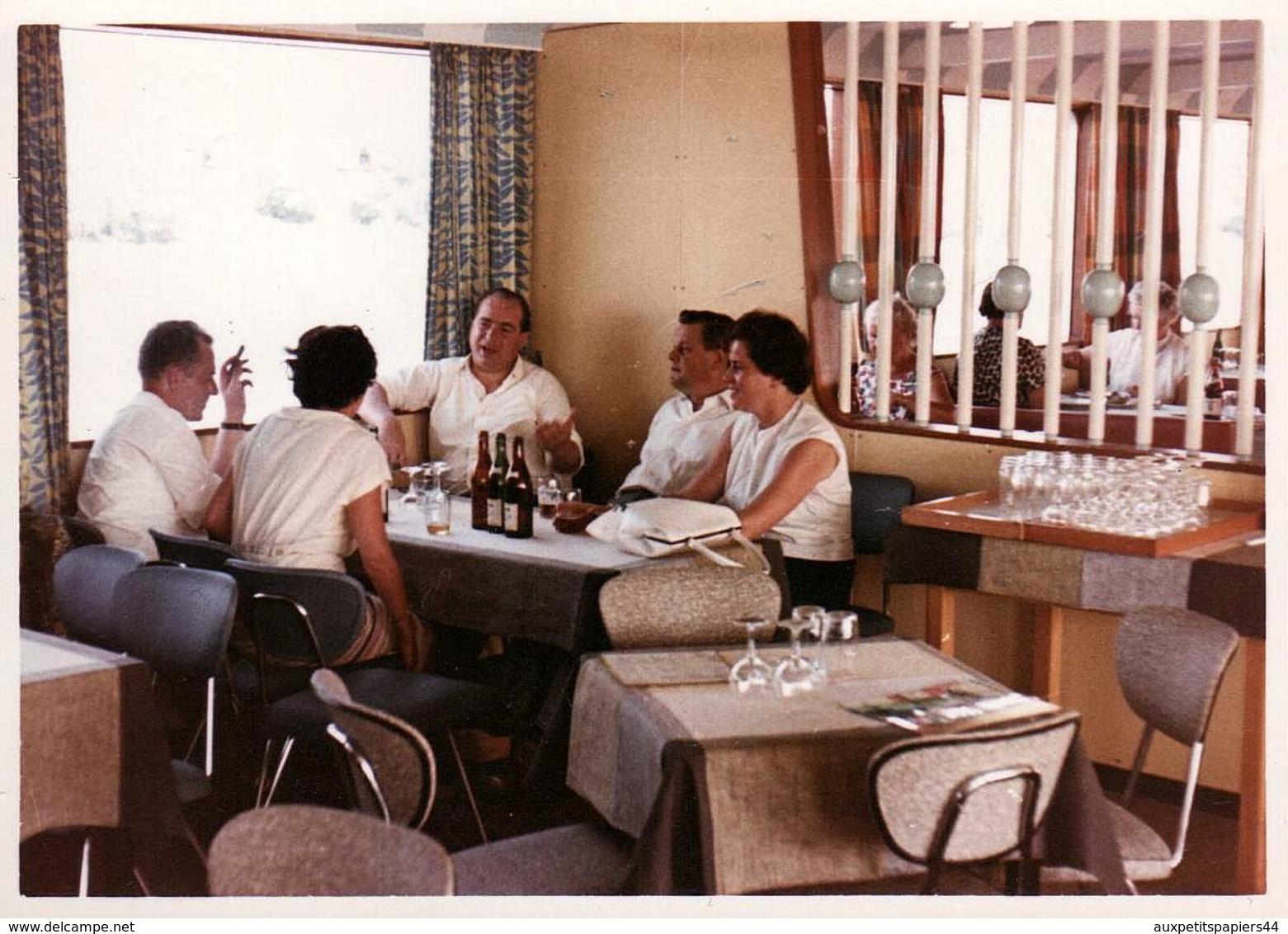Photo Couleur Originale B.B, Apéritif Entre Amis Dans Une Ambiance Déco Bar-Restaurant En 1961 - Skaï & Chrome - Lieux