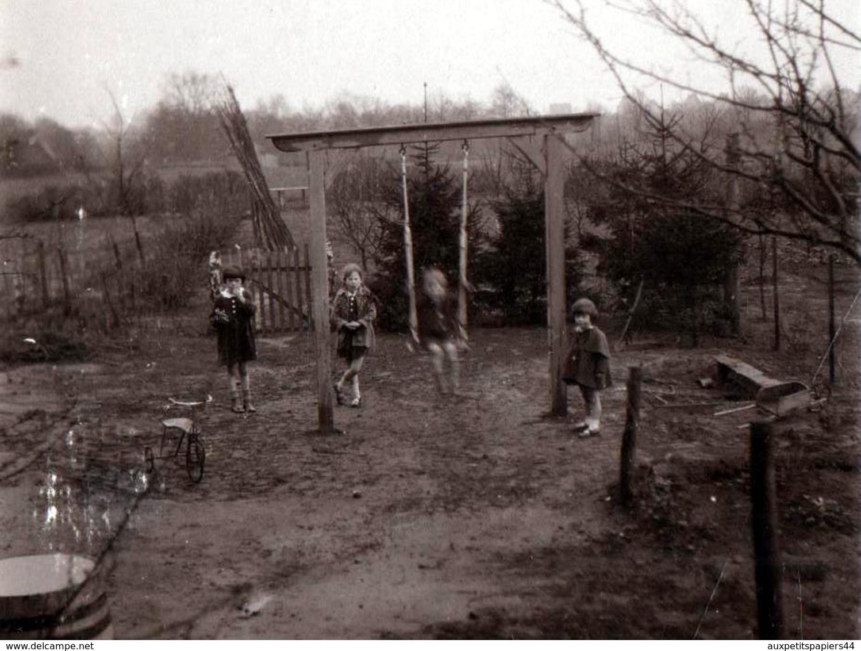 Photo Originale Les Enfants Au Jardin Vers 1920 - Balançoire Et Tricycle - Objets