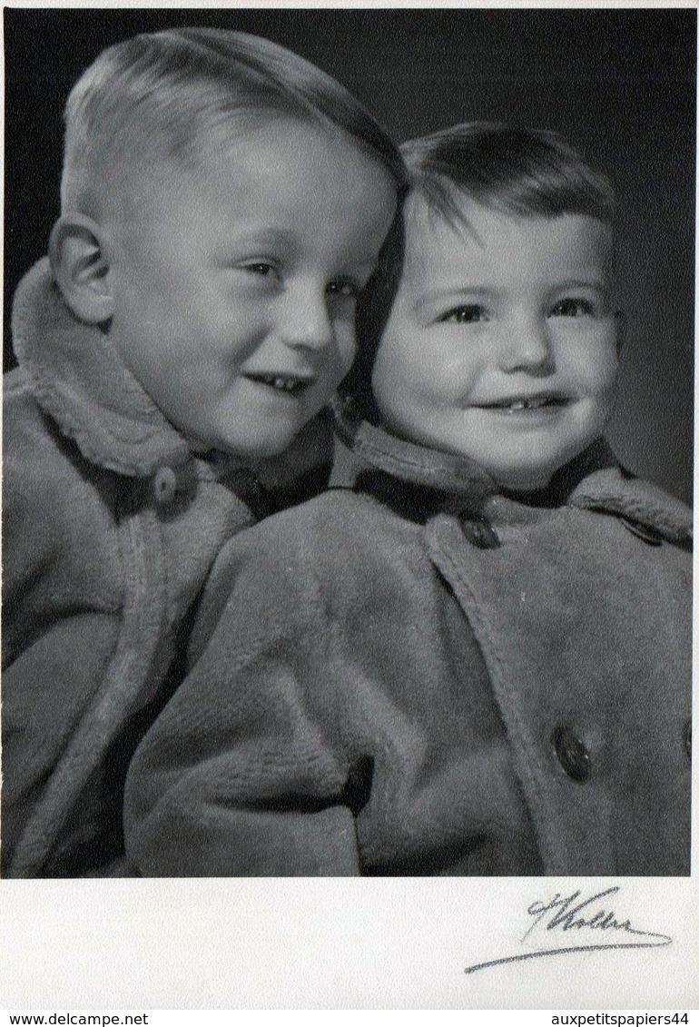 Carte Photo Originale Portrait Signé De Deux Garçons Viennois En 1955 - Autriche Photo J. Koller Gmünd - Personnes Identifiées