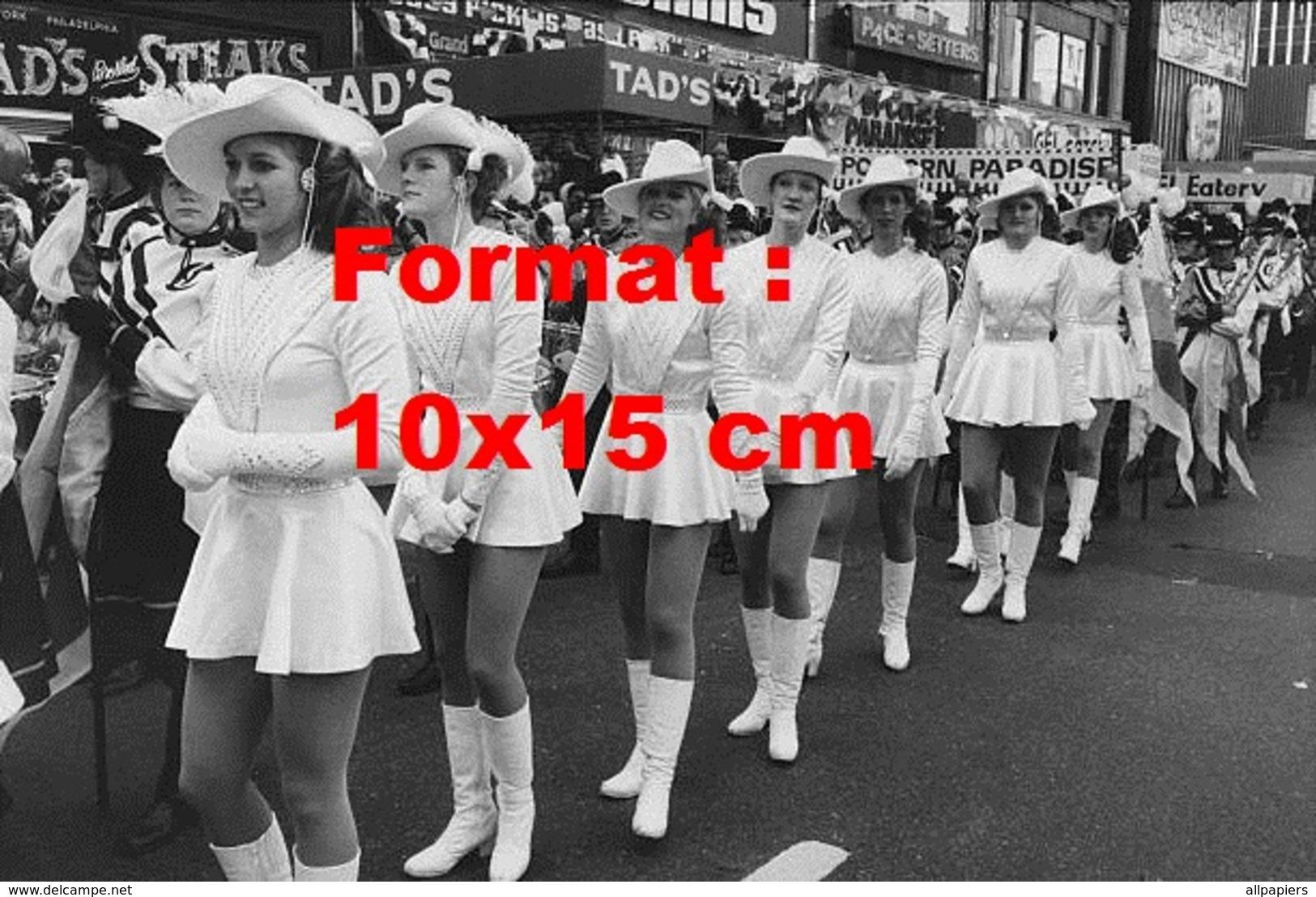 Reproduction D'une Photographie Ancienne De Majorettes Avec Bottes Blanches Et Robes Courtes En 1982 - Reproductions