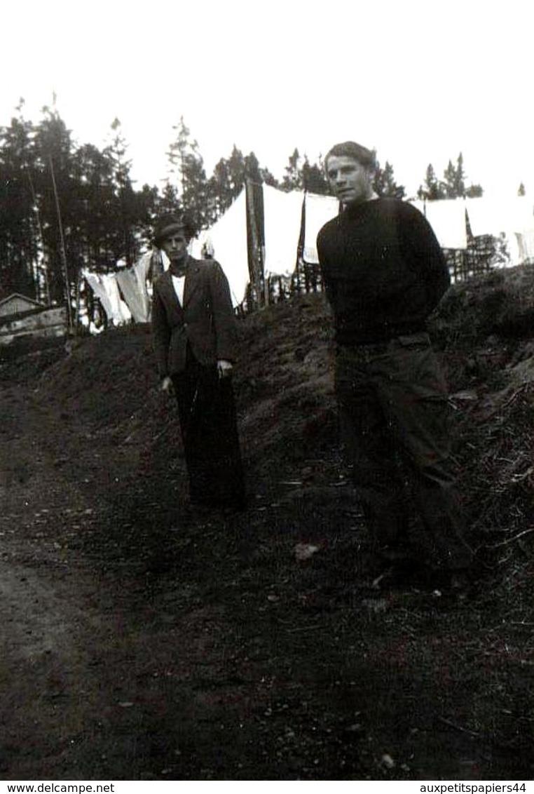 Photo Originale De Deux Hommes Posant Devant Des Kilomètres De Draps Qui Sèchent Sur Un Interminable Fil - Personnes Anonymes