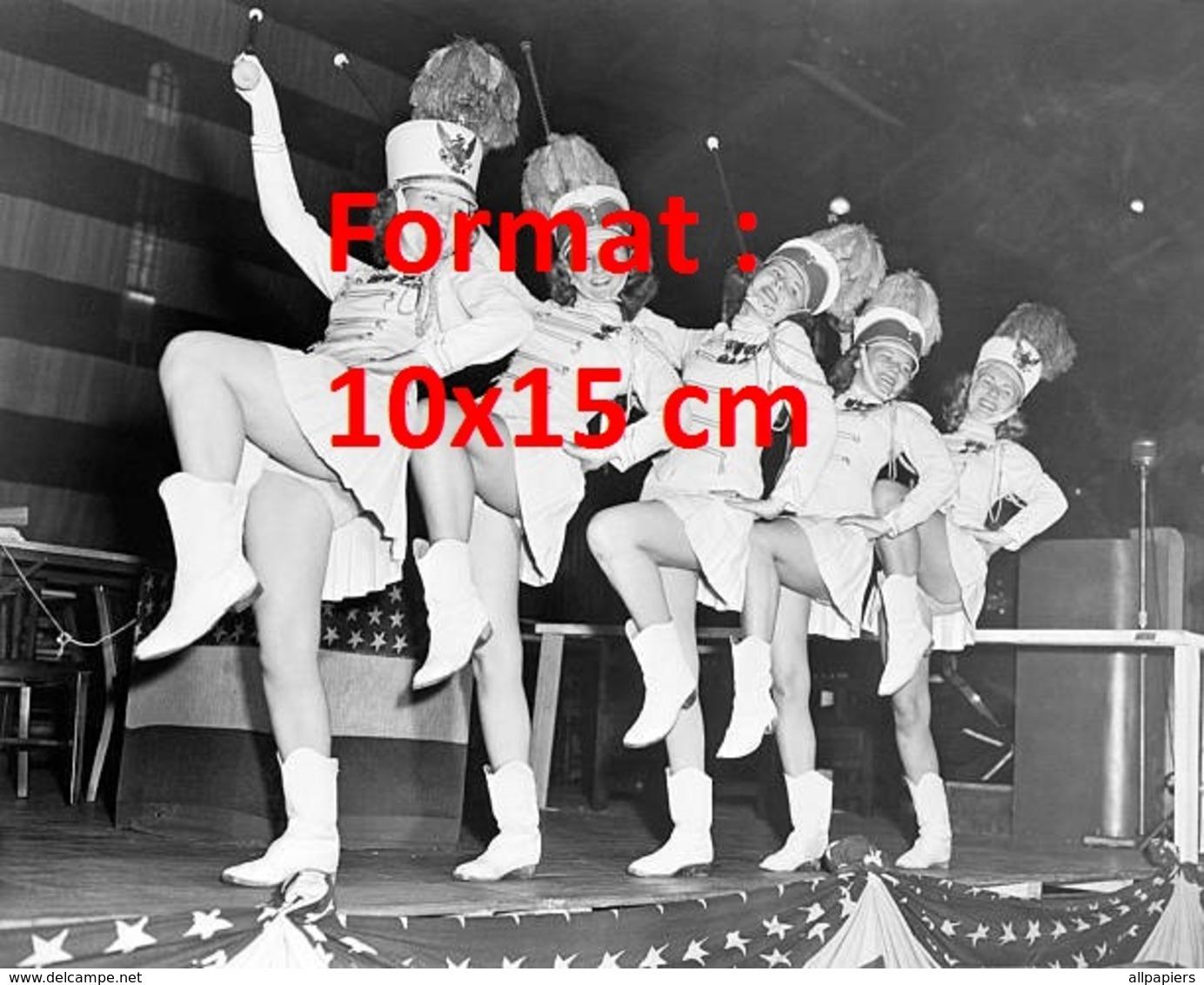 Reproduction D'une Photographie Ancienne De Majorettes Sur Scène à New-York En 1947 - Reproductions