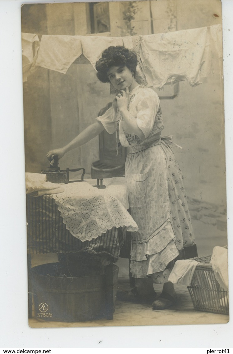 FEMMES - FRAU - LADY - Jolie Carte Fantaisie Femme Blanchisseuse Avec Fer à Repasser - Femmes
