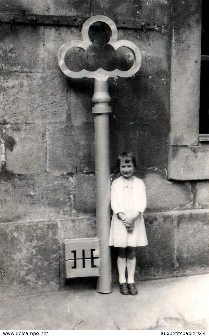Photo Originale Fillette Posant Aux Côtés De La Clé Géante Du Paradis Vers 1960 - Objets