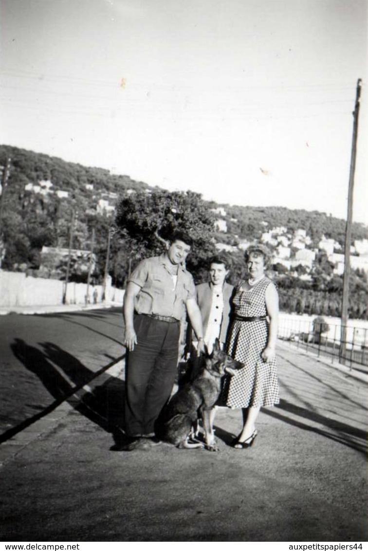 Photo Originale Famille & Son Chien Berger Allemand à Nice En 1955 - Lucienne & René Cadeuel & Une Amie - Personnes Identifiées
