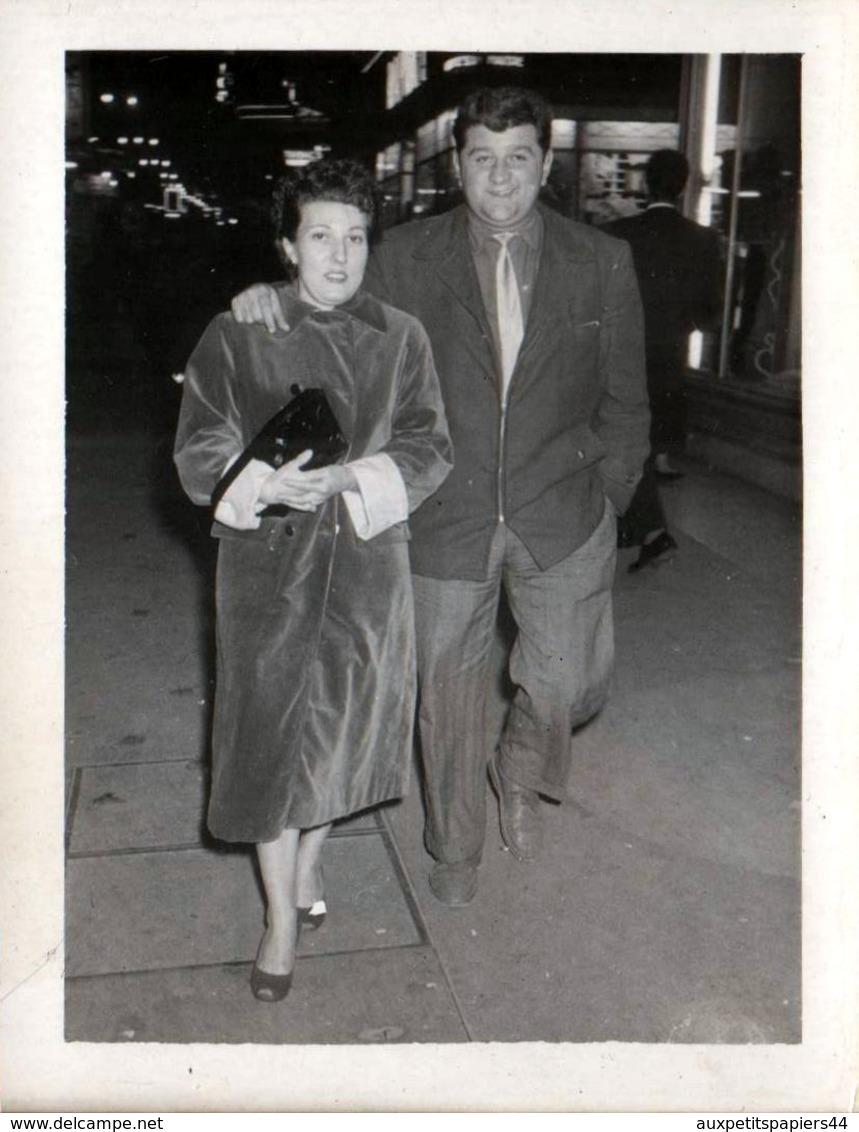 Photo Originale Marcheur & Marcheuse De Rue - Lucienne Lafon Ou Caderrel En 1957 - Marseille - La Canebière - Personnes Identifiées
