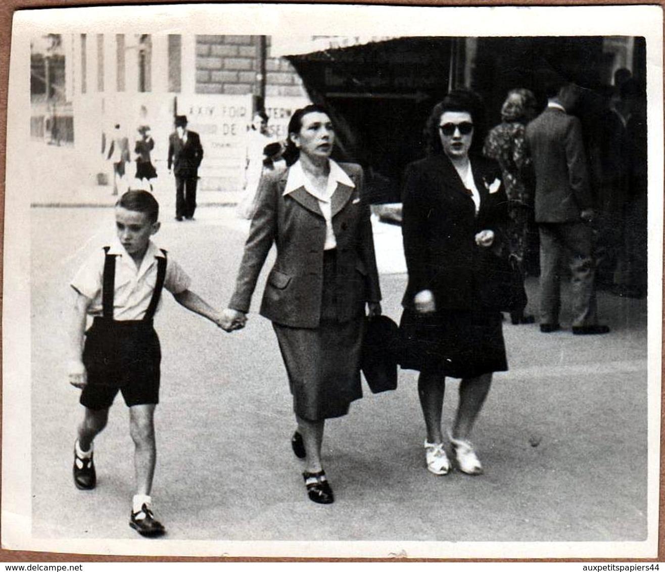 Photo Originale Marcheur & Marcheuse De Rue - Adrienne, Lucienne & René Lafon En 09.1948 Sur Marseille - Personnes Identifiées