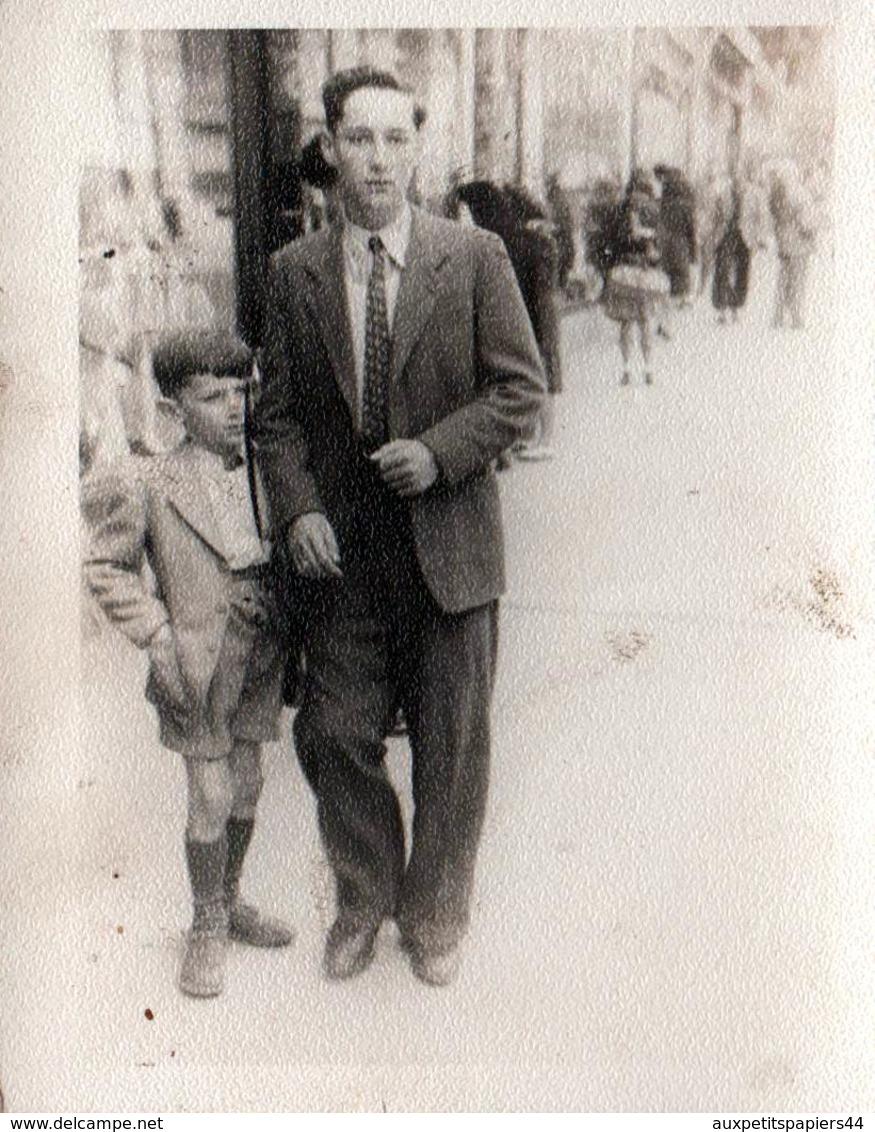 Photo Originale Les 2 Frères Marcheurs De Rue Sur Les Trottoirs De Marseille En 1946 - Personnes Identifiées