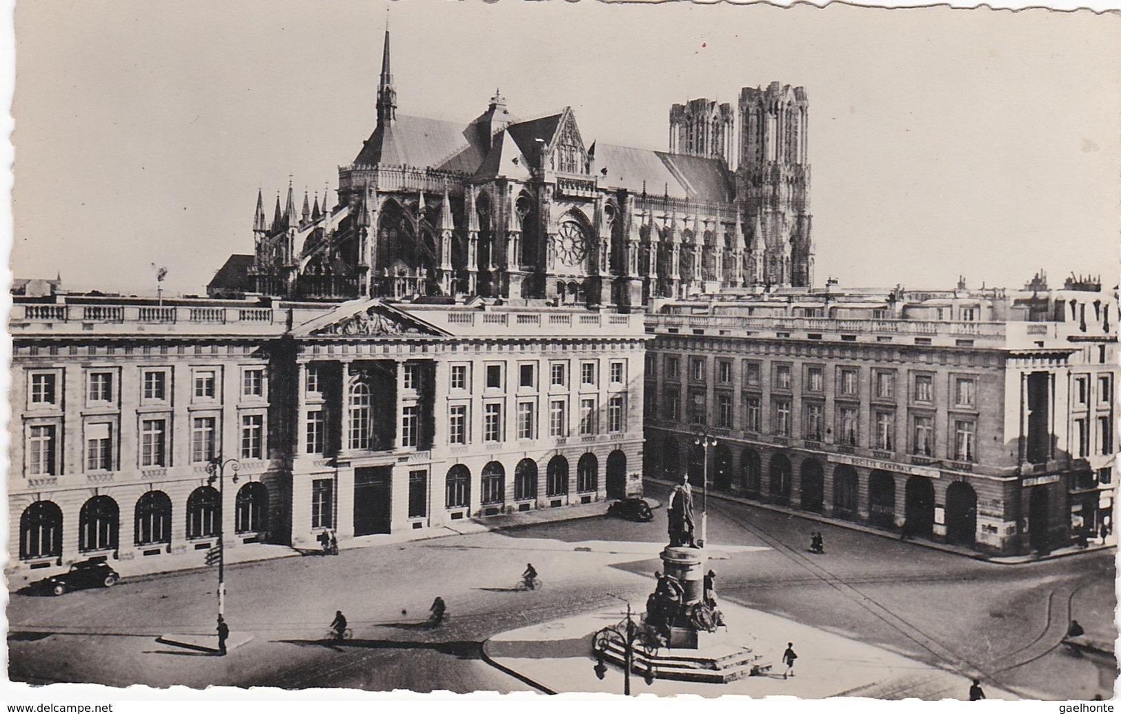 F51-046 REIMS - LA PLACE ROYALE ET LA SOCIETE GENERALE - LA CATHEDRALE - Reims