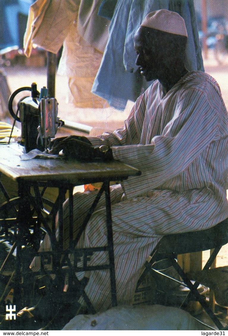 BURKINA FASO - Sur Le Marché De Bobo Dioulasso Les Métiers De Tailleur Et De Couturier Sont Exclusivement Masculins - Burkina Faso