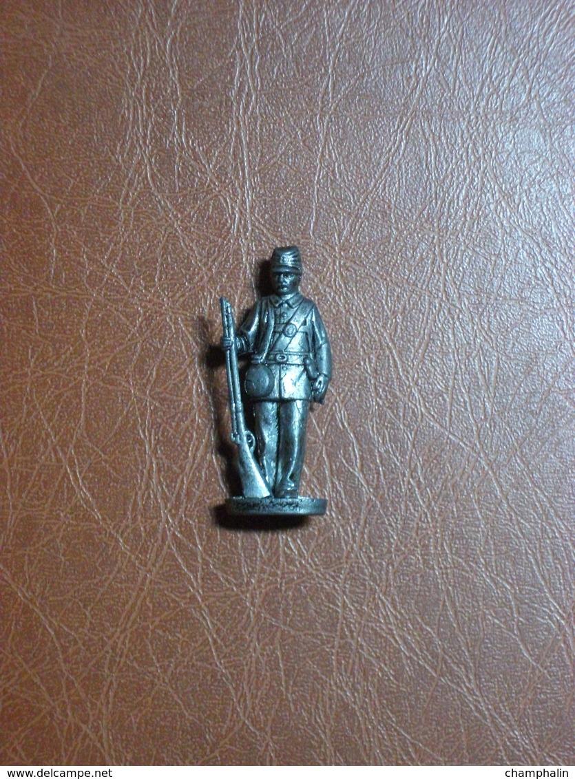 Figurine En Métal Kinder - Série Les Soldats Français De 1870 à 1900 - Soldat Avec Gourde Et Fusil - Finition Etain - Figurines En Métal