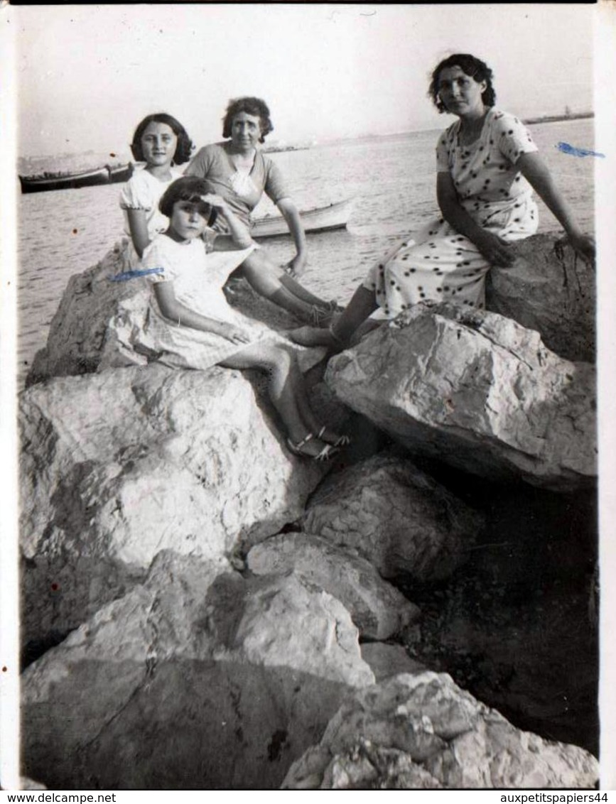 Photo Originale Adrienne & Lucienne Lafon Sur La Plage Dans Les Calanques Du Côté De Marseille Vers 1936 - Personnes Identifiées