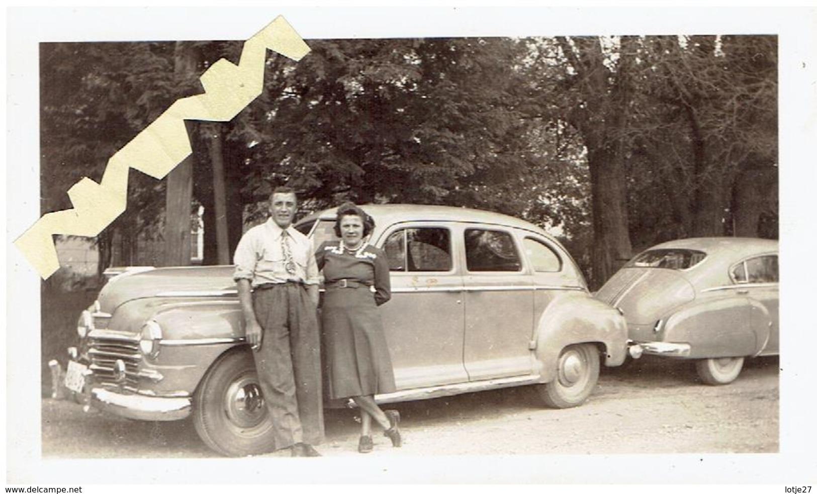 Foto Met 2 Oude Auto,s En Vrouw En Man - Automobiles