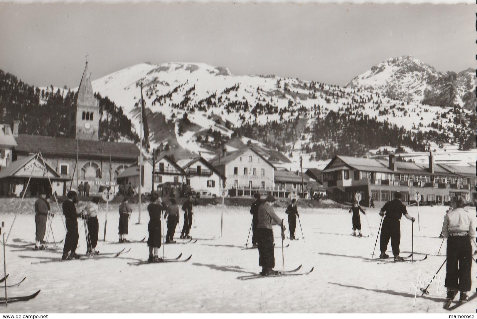 MONTGENEVRE (05). Groupe De Skieurs Avant Le Départ Pour Les Cours - Winter Sports