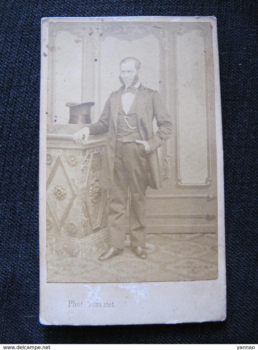 Ancienne Photo Cdv Originale Homme Important Chapeau Haut De Forme Photographie Universelle Nantes Rue Du Vertais - Personnes Anonymes