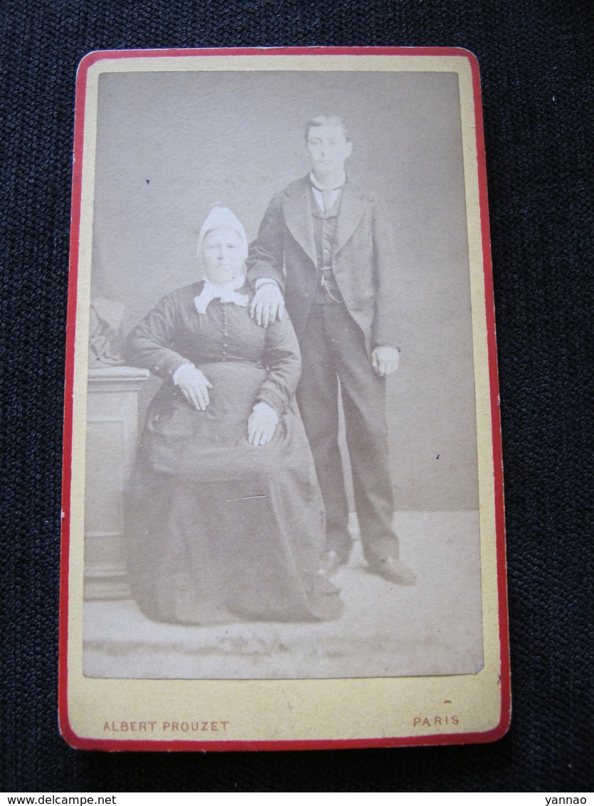 Ancienne Photo Cdv Originale Homme Et Femme Couple En Costume Et Coiffe Albert Prouzet Paris - Personnes Anonymes