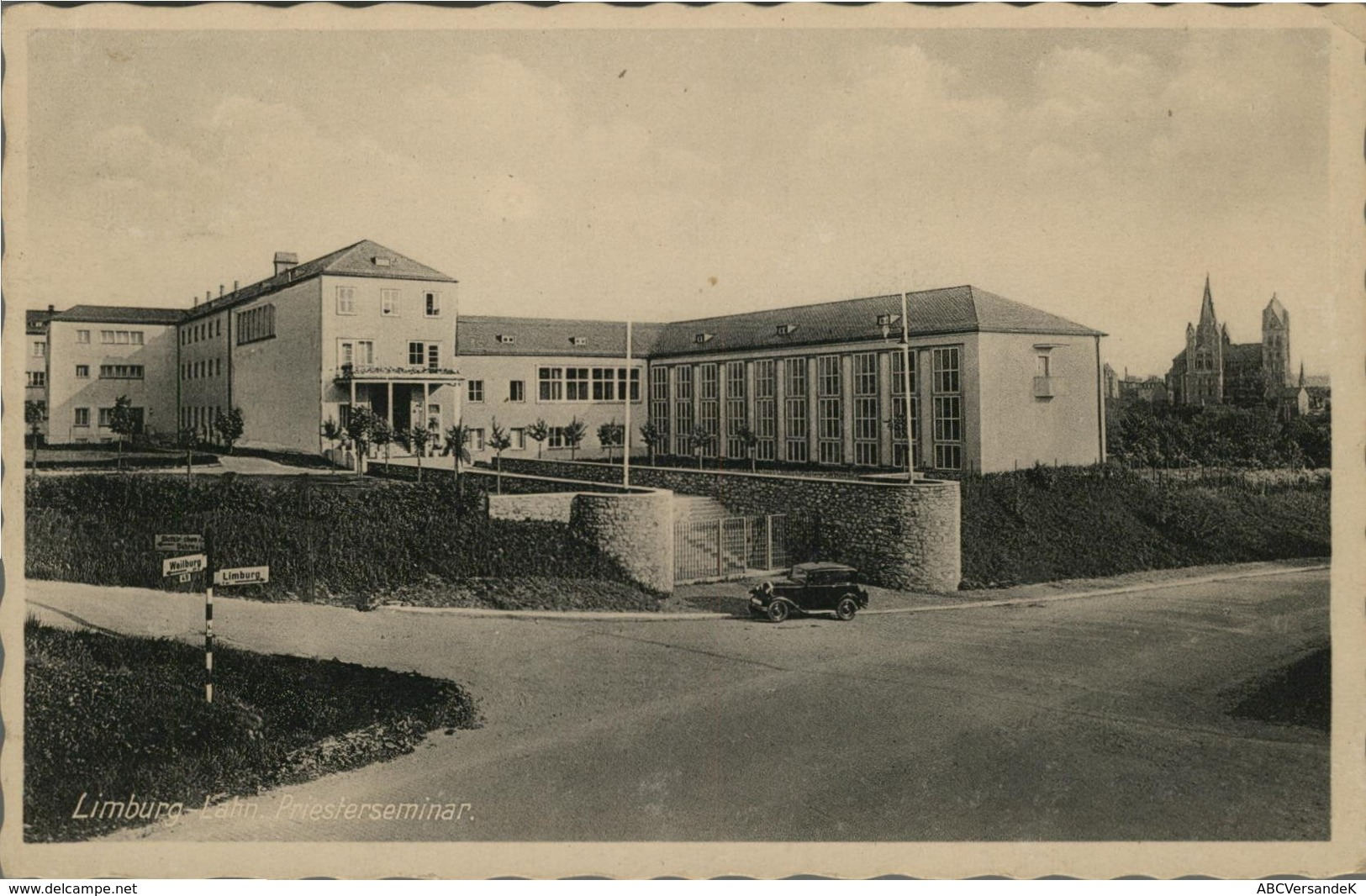 Limburg An Der Lahn. Priesterseminar. Alte AK S/w. Straßenpartie, Gebäudeansichten, Auto, Dom Im Hintergrund - Postcards