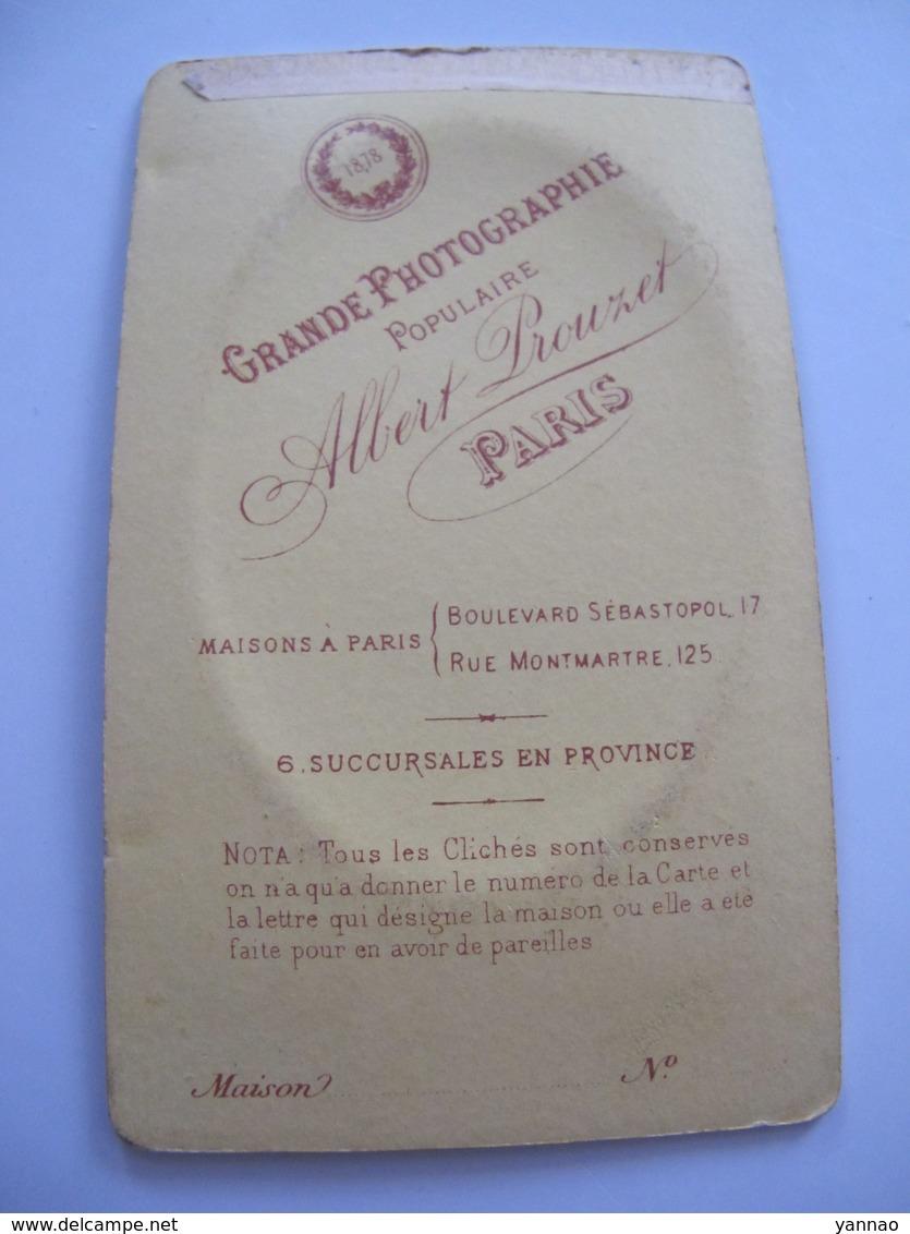 Ancienne Photo Cdv Originale Femme En Costume Et Coiffe Prouzet à Paris - Personnes Anonymes