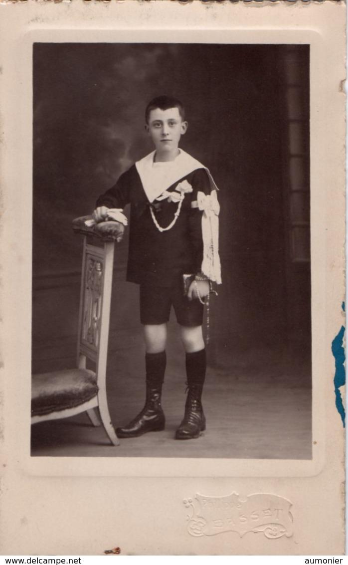 CARTE - PHOTO -   Jeune Garçon Habillé En Habit De Cérémonie Et Tenant Un Prie-Dieu . Photographe Philippe BASSET - Portraits